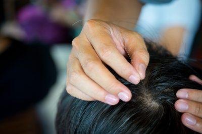 Có rất nhiều nguyên nhân gây ra tóc bạc sớm như
